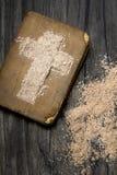 Alte Bibel und Kreuz der Asche - Ash Wednesday Stockbild