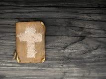 Alte Bibel und Kreuz der Asche - Symbole von Ash Wednesday Stockfotos