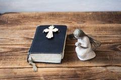 Alte Bibel und Kreuz des Engels Lizenzfreie Stockfotografie