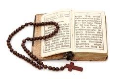Alte Bibel und Rosenbeet Lizenzfreies Stockfoto