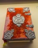 Alte Bibel zeichnete mit rotem velor des Jahres 1510 Lizenzfreie Stockfotografie
