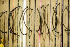 Alte Bibliothek, Abdeckung bucht auf Regalen - Tapeten Stockfotografie