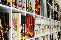 Alte Bibliothek, Abdeckung bucht auf Regalen - Tapeten Stockfotos