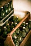 Alte Bierflaschen in den Holzetuis Lizenzfreie Stockbilder