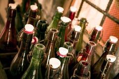 Alte Bierflaschen in den Holzetuis Stockfoto