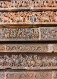 Alte Bilder auf den Wänden Carvings in hindischem Tempel Hoysaleshwara Stockbilder