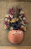 Alte Bilder, machendes Haus, Blumen und Seil Stockbilder