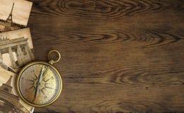 Alte Bilder und Kompass des Abenteuers auf Holztisch Lizenzfreie Stockfotografie
