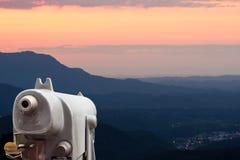 Alte Binokel auf dem Berg Stockfotografie
