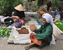 Alte birmanische Frauen, die Tabak verkaufen Stockfotografie