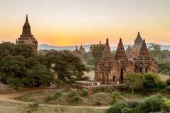 Alte birmanische Ziegelsteintempel mit grünen Bäumen an Stockfoto