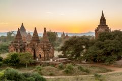 Alte birmanische Ziegelsteintempel mit grünen Bäumen an Lizenzfreie Stockfotos