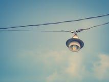Alte Birne, die am Himmel hängt Stockfotos