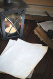 Alte Blätter Papier, Bücher und Kerze Lizenzfreies Stockfoto