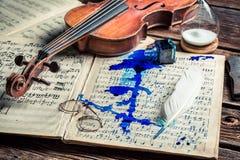 Alte Blätter und Violine Stockfoto