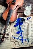 Alte Blätter und Violine mit Tinte und Feder Stockbilder