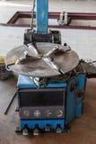 Alte blaue Änderungsreifenmaschine in der Garage Stockfoto