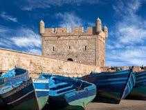 Alte blaue Boote im Hafen von Essaouira in Marokko Stockfotografie