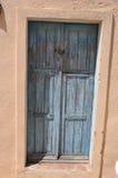 Alte blaue ChabbyChictür Stockbilder