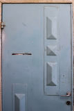 Alte blaue durty, schmutzige Tür mit rostigem und openwork ein schöner Weinlesehintergrund Lizenzfreies Stockbild