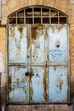 Alte blaue durty, schmutzige Tür mit rostigem und openwork ein schöner Weinlesehintergrund Stockbilder