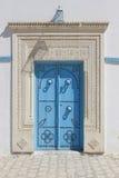 Alte blaue Einstiegstür in Tunesien Stockbild