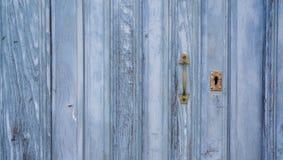 Alte blaue erschöpfte Holztür und Verschluss Stockfotos
