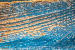 Alte blaue Farbe auf einem orange hölzernen Hintergrund Lizenzfreies Stockbild