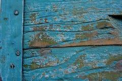 Alte blaue Farbe und eine Metallverbindung von zwei hölzernen Brettern, AbschlussaP Stockbilder