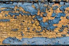 Alte blaue gebrochene Farbe auf einem gealterten hölzernen Hintergrund Lizenzfreie Stockfotos
