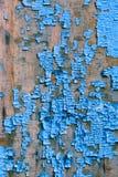 Alte blaue gebrochene Farbe auf hölzernem Hintergrund Lizenzfreie Stockbilder
