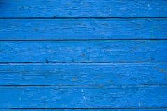 Alte blaue gebrochene Farbe auf hölzernem Hintergrund Lizenzfreie Stockfotos