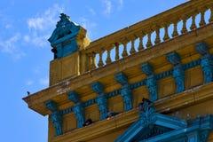 alte blaue gelbe kleine Terrasse und Dach Lizenzfreie Stockfotos