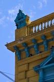 alte blaue gelbe kleine Terrasse und Dach in Buenos Aires Stockfotos