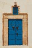 Alte blaue geschmiedete Tür Stockfotos