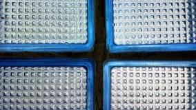 Alte blaue Glasbausteine mit Glaspixeln Nahaufnahme Stockbilder