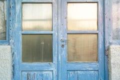 Alte blaue griechische Tür Stockbilder