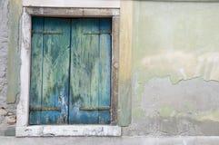 Alte blaue hölzerne Blendenverschlüsse Lizenzfreie Stockfotografie