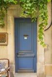 Alte blaue hölzerne Einstiegstür Stockfotografie