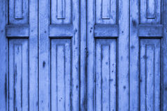 Alte blaue hölzerne Fenster-Fensterläden Stockbild