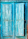 Alte blaue hölzerne Fensterläden Stockbilder