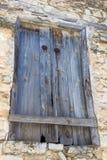 Alte blaue hölzerne Fensterladentüren in einer alten Scheune Stockbilder