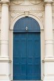 Alte blaue hölzerne Tür installiert Lizenzfreies Stockbild