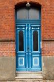 Alte blaue Holztür Stockbilder
