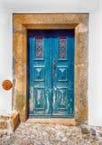 Alte blaue Holztür im ländlichen Haus, Portugal Stockbilder