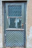 Alte blaue Holztür mit alten Glasfenstern Lizenzfreie Stockfotos