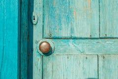 Alte blaue Holztür mit dem Messinggriff rund Stockfotos