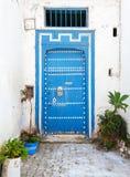 Alte blaue Holztür und weiße Wände Medina, historisches Teil von Stockfoto