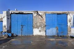 Alte blaue Holztüren am Hafen von Essaouira Stockbilder