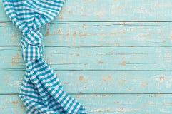 Alte blaue Holztischoberfläche mit rustikaler überprüfter Tischdecke Stockfoto